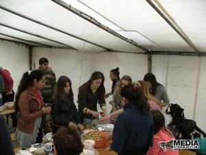főznek a fiatalok