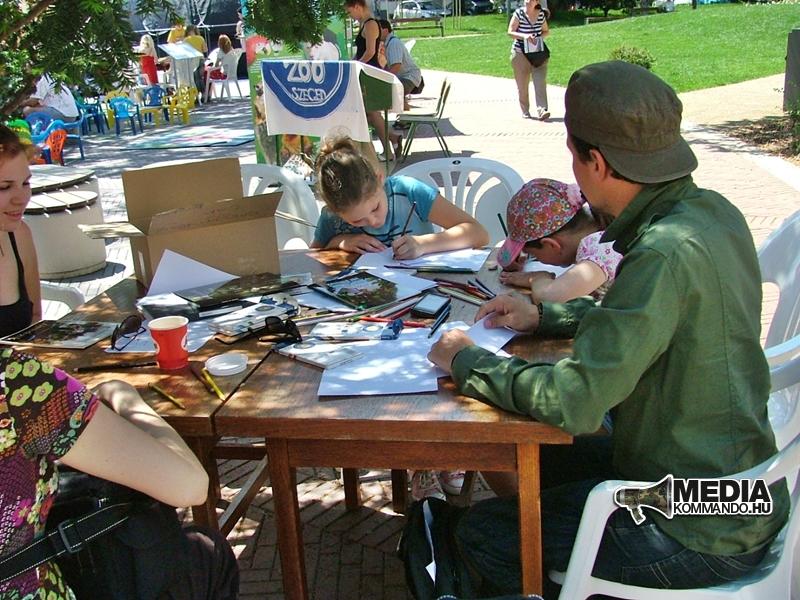 Pilcz Roland gyerekekkel rajzol a könyvhéten